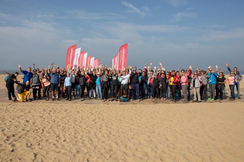 Warming up deelnemers 11strandentocht op Scheveningen