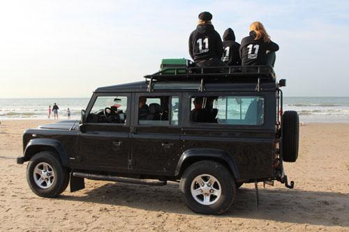 Crew 11strandentocht op dak van Range Rover