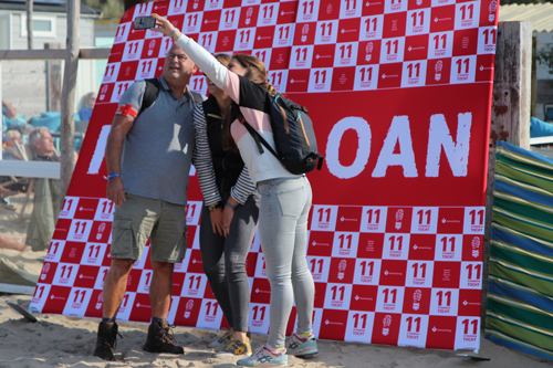 Deelnemers van 11strandentocht maken selfie op het strand