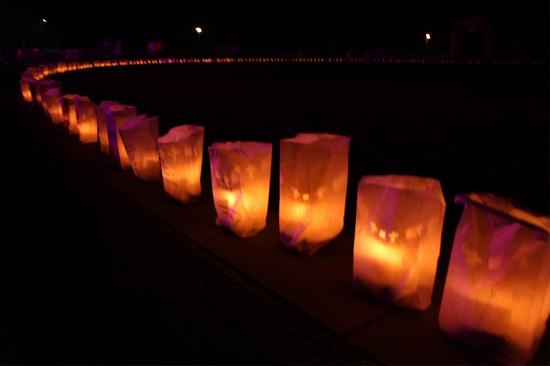 Kaarsen in de nacht rond parcour SamenLoop voor Hoop Hillegom