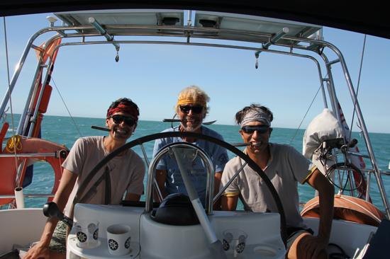Crew Setting Sail op zeilboot achter het roer