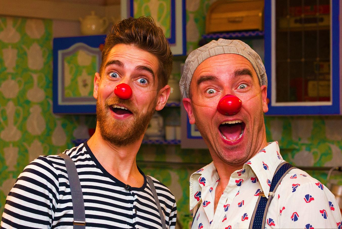Twee clowns van CliniClowns kijken verbaast